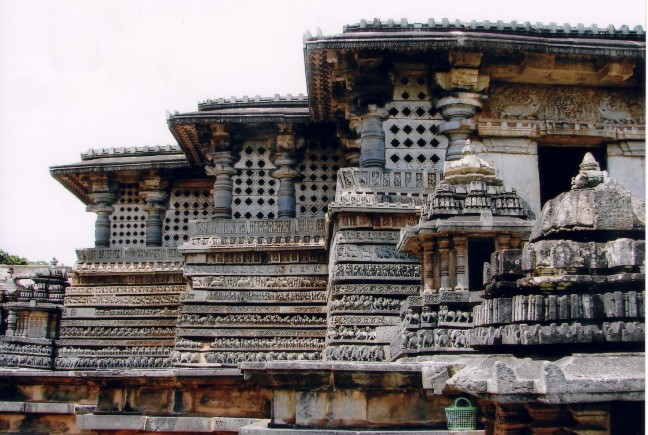 Horizontal_moldings_in_Hoysaleshvara_Temple_at_Halebidu