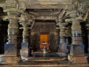 A_sanctum_inside_the_Hoysaleshwara_temple_in_Halebidu