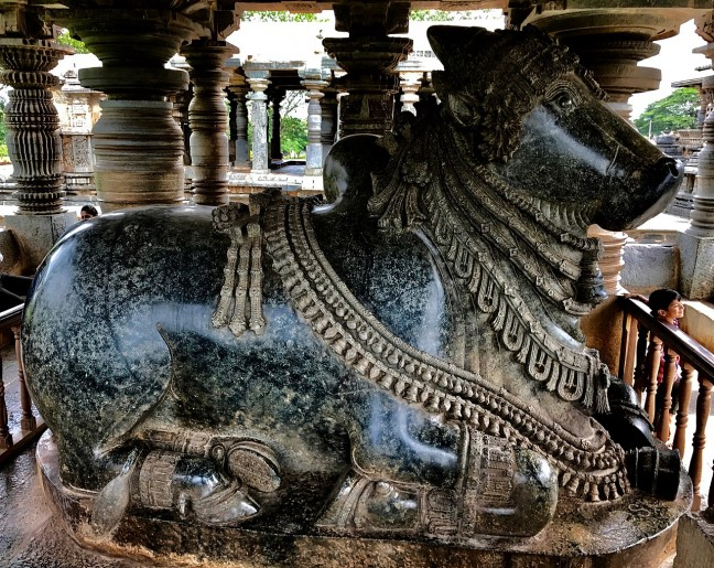 1280px-12th-century_first_Nandi_facing_Shiva_shrine_at_Shaivism_Hindu_temple_Hoysaleswara_arts_Halebidu_Karnataka_India_2