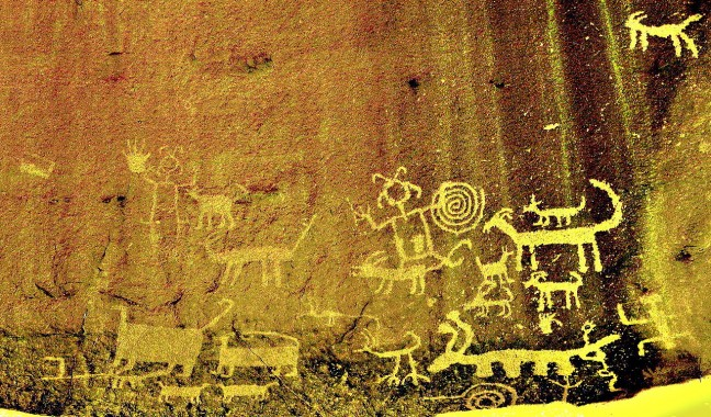 1280px-Una_Vida_Chaco_Canyon_rock_art_enhanced_2