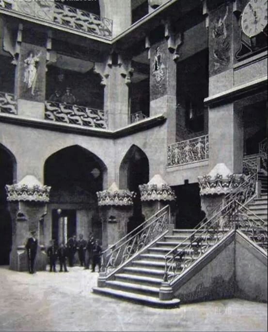 Courtyard_and_main_staircase_of_the_Hotel_Internacional_in_Barcelona