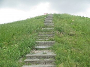 1280px-Steps_to_Mound_A,_Poverty_Point_IMG_7429.JPG