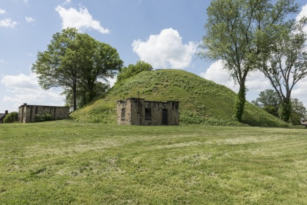 The_Grave_Creek_mound,_one_of_the_most_famous_%22moundbuilder%22_hillocks_in_the_United_States,_in_the_city_that_took_its_name_from_it-_Moundsville,_West_Virginia_LCCN2015632116.tif.jpg
